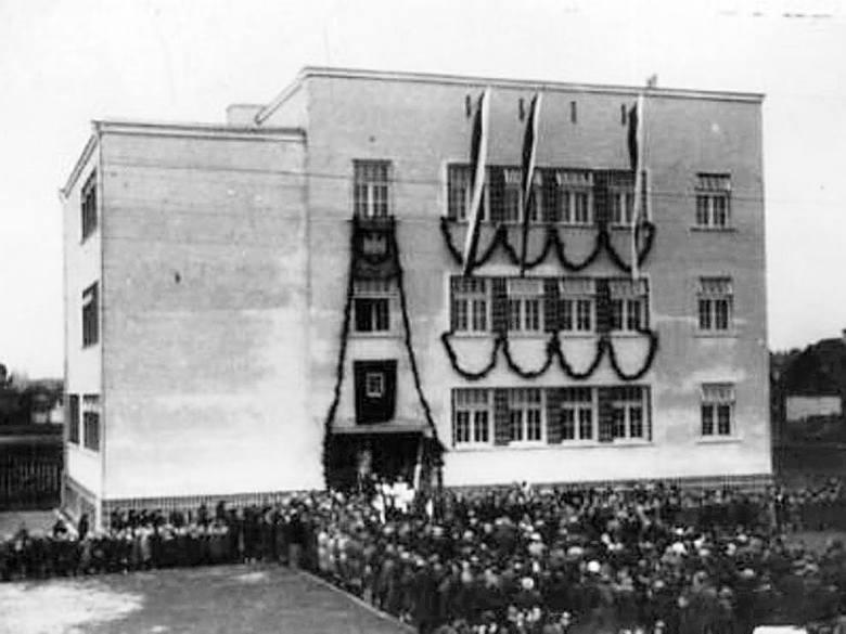 Uroczystość oddania do użytku Szkoły Podstawowej nr 7 przy ul. Wiatrakowej. 1936 r.
