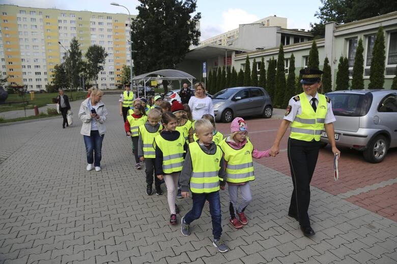 """Rusza coroczna akcja """"Bezpieczne wakacje"""", podczas której straż miejska informuje dzieci, jak zadbać o własne bezpieczeństwo w czasie"""