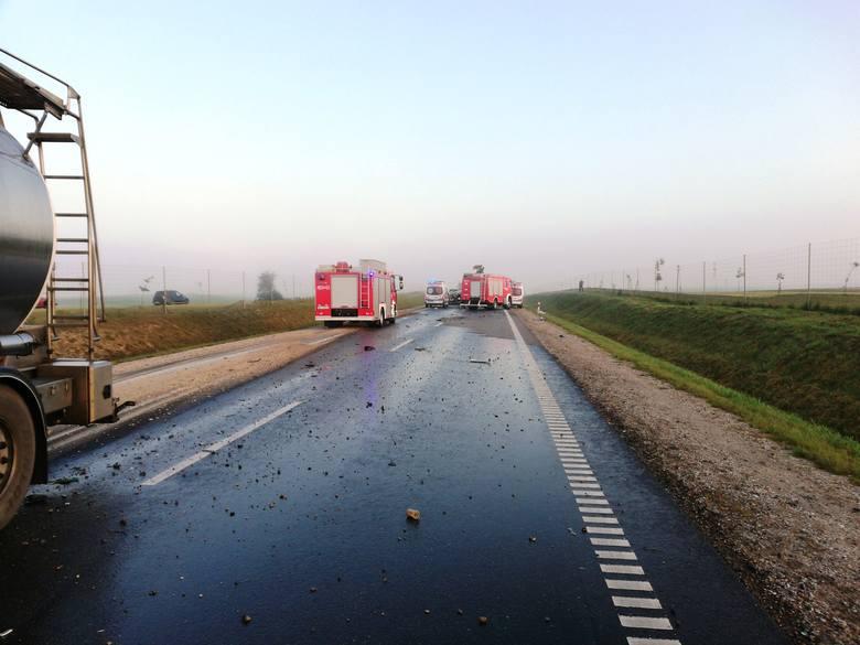 Dwie osoby zostały przewiezione do szpitala. Dalsze działania strażaków polegały na ograniczeniu rozprzestrzeniania się rozlanego oleju napędowego, który