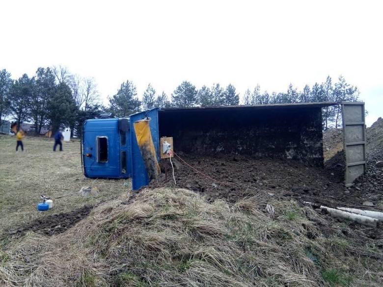Marcinkowice. Ciężarówka przewróciła się na bok podczas wysypywania ziemi [ZDJĘCIA]