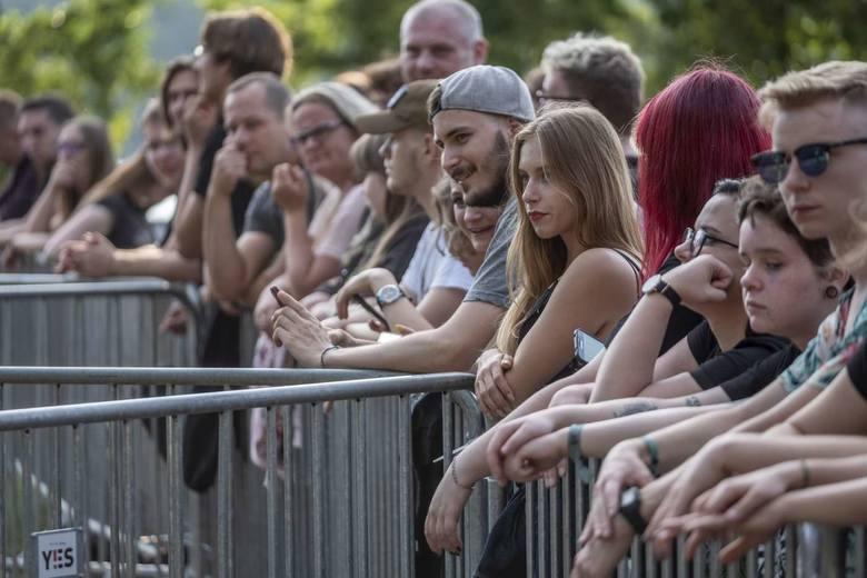 W tym roku festiwal LuxFest odbywa się w ramach bezpłatnego cyklu #NaFalach. W sobotę nad jeziorem na poznańskim Strzeszynku wystąpiły zespoły Luxtorpeda