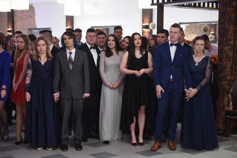 Wczoraj na swoim balu studniówkowym bawili się uczniowie Zespołu Szkół Inżynierii Środowiska. Uroczystość odbyła się w Sali Mieszczańskiej u Gołębiewskich.