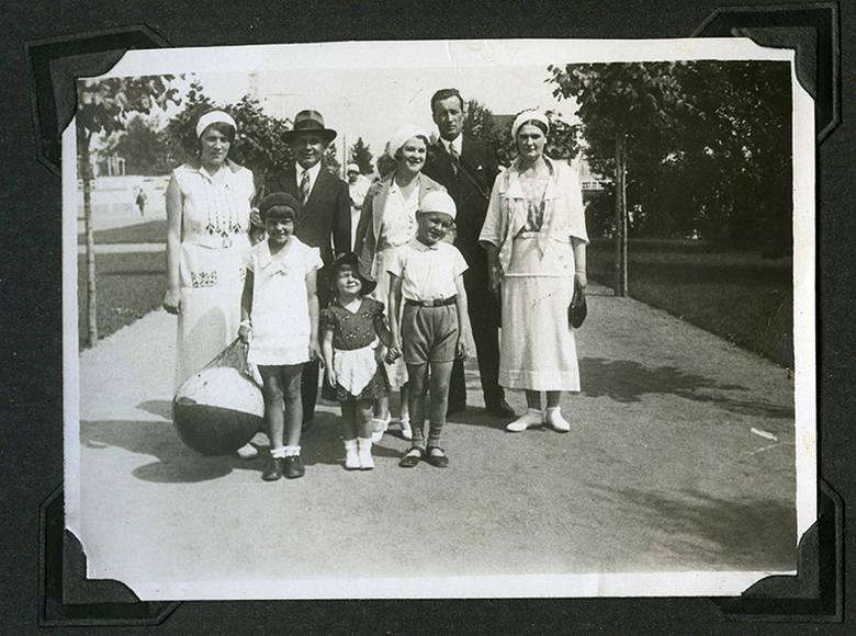 Rodzina Skarżyńskich (Marysia w kapelusiku w środku, z tyłu, od prawej Władysława i Józef)  z przyjaciółmi w drodze na gdyńską plażę