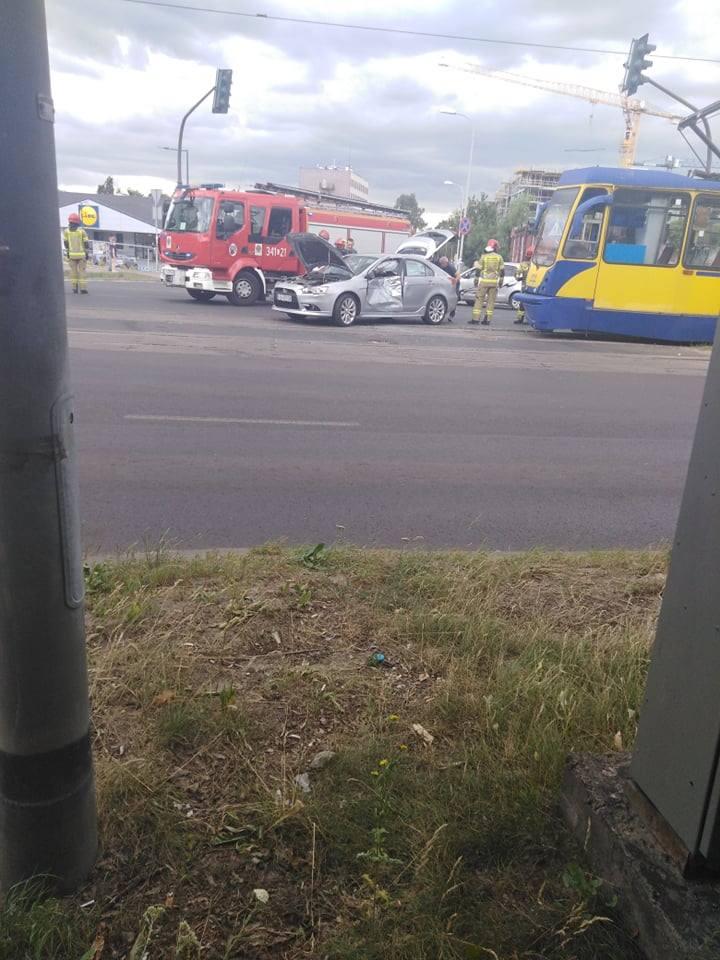Do poważnego wypadku doszło dziś przed południem na Szosie Lubickiej w Toruniu, gdzie zderzyły się tramwaj i samochód osobowy.- O godzinie 11:58 do Komendy