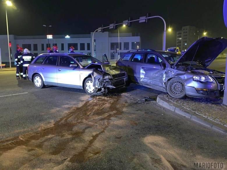 Do wypadku doszło tuż przed godz. 23 w piątkowy wieczór. Na ul. Ozimskiej w Opolu, na wysokości skrzyżowania z ul. Horoszkiewicza, zderzyły się dwa auta: