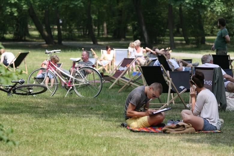 W sumie w parku im. Poniatowskiego leżakowało przez całą niedzielę kilkaset osób.
