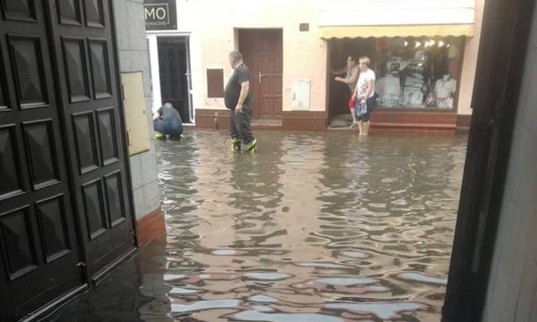 We wtorkowe popołudnie oraz w nocy z poniedziałku na wtorek w wielu miejscach Wielkopolski intensywnie padał deszcz. Ulewom często towarzyszył silny