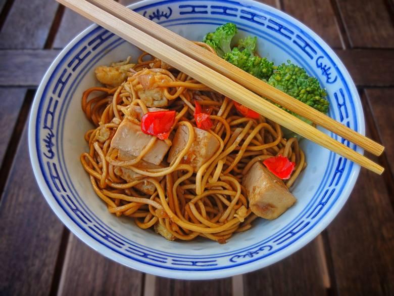 Na śniadanie można też jeść dania kojarzące się z obiadem. W niektórych krajach azjatyckich to norma, a u nas – pomysł na sycący początek dnia. Do makaronu