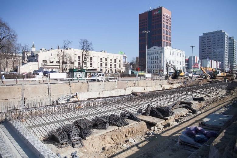 Budowa trasy W-Z: Kładą strop nad tunelem