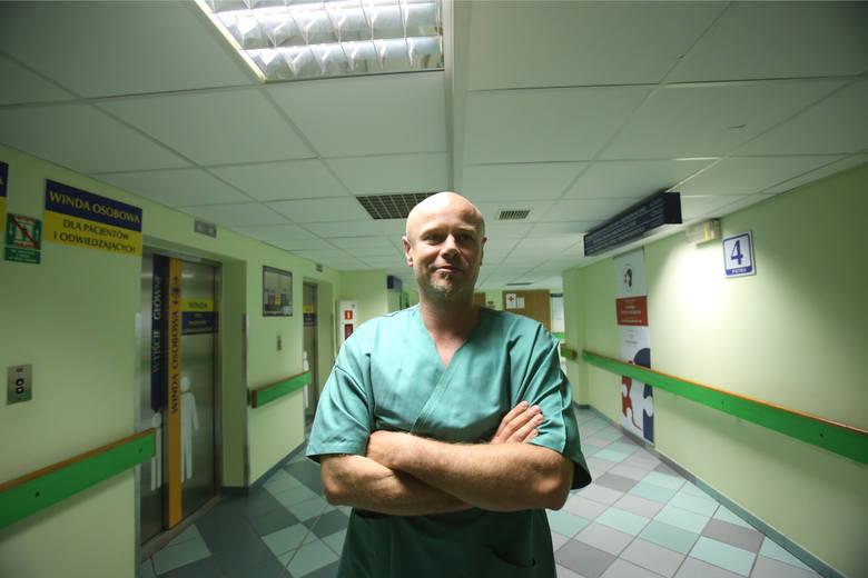 Dr Adam Maciejewski z zespołem przeprowadził pionierską na świecie rozległą transplantację narządów szyi połączoną z przeszczepieniem zmodyfikowanego