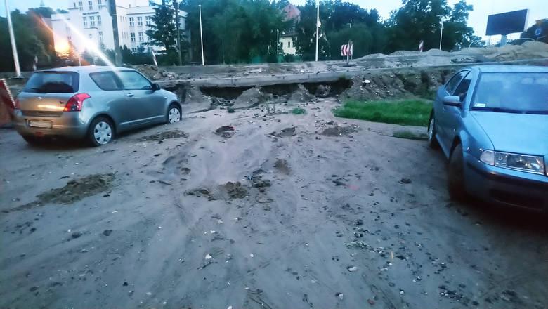 Plac Poznański w Bydgoszczy. W miejscu budowy ścieżki rowerowej wymyło piach