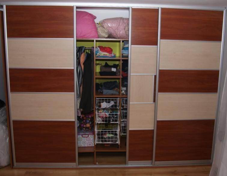 Zaletą szaf w zabudowie jest możliwość dostosowania ich do każdej przestrzeni. Nawet w malutkiej sypialni znajdzie się miejsce na zgrabnie wkomponowany