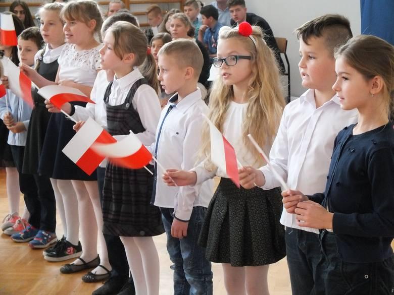 """Szkoła Podstawowa w Sadowiu włączyła się akcję """"Rekord dla Niepodległej"""", w której udział wzięły setki tysięcy uczniów w całej Polsce."""