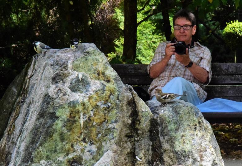 Jest w inowrocławskich Solankach taki kamień, który przyciąga ptaki i ludzi. Ptaki znajdują tu życiodajną wodę, a ludzie - odpoczynek i ciekawe zdjęcia.