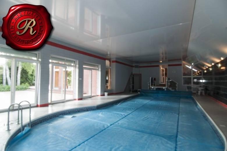 wolnostojący<br /> 5pokoi<br /> 300m2<br /> 25000m2działki <br /> Luksusowy dom weselny na Czyżkówku o pow.ok 500 m2.Na parterze salon z aneksem kuchennym,dwoma pokojami i wyjściem na kryty basen.Na piętrze trzy sypialnie,łazienka.W podpiwniczeniu kotłownia z piecem dwufunkcyjnym,sauna i...