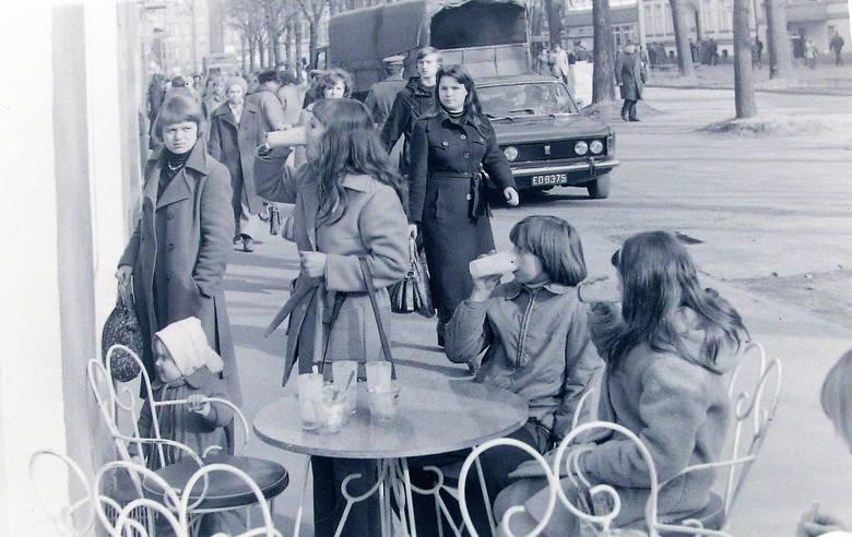 Wiosna 1977 roku, ogródek gastronomiczny przy cukierni na al. Wojska Polskiego