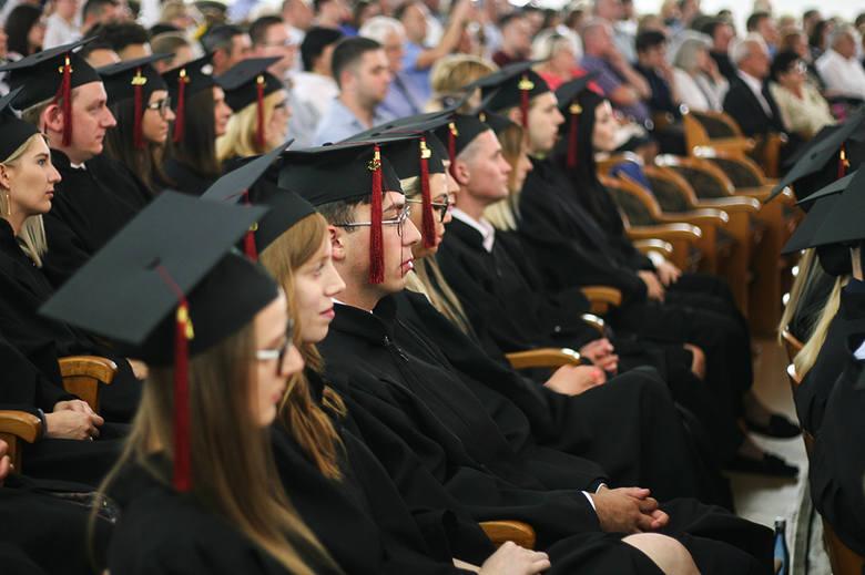 W niedzielę, 7 lipca, w auli Uniwersytetu Zielonogórskiego przy ul. Podgórnej 50 odbyła się uroczysta gala absolutoryjna studentów kierunku Prawo na