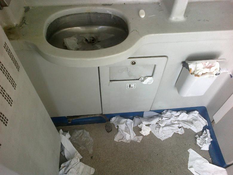 Brud w toaletach w pociągu Intercity Wrocław - Kołobrzeg (LIST, ZDJĘCIA)