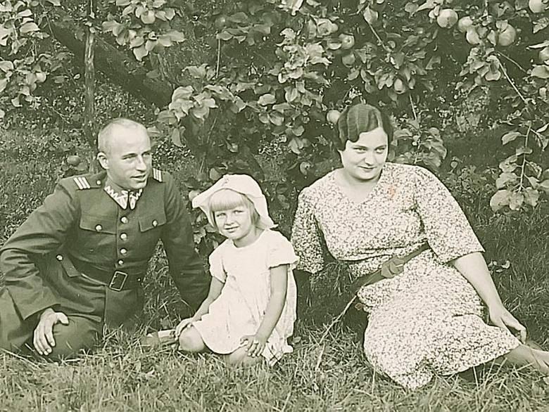 Pani Barbara z rodzicami w przydomowym sadzie, w którym rosły urodzajne jabłonie.
