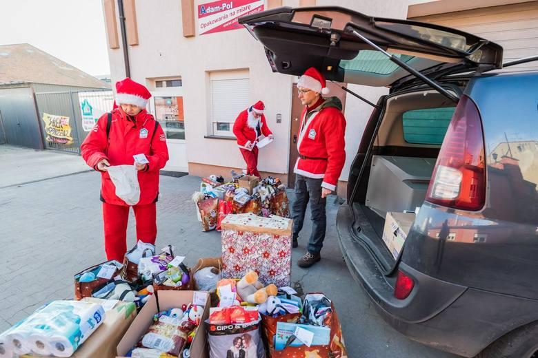 Dziś (6 grudnia) mikołajki. Z tej okazji czterech św. Mikołajów wyruszyło w piątek z prezentami sprzed siedziby Stowarzyszenia Dzięki Wam w Bydgoszczy,