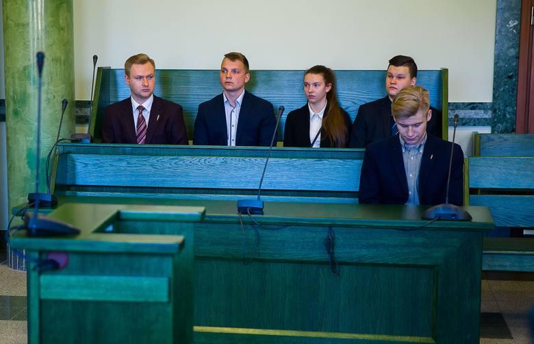 Obwinionym z Młodzieży Wszechpolskiej (zgadzają się na publikację wizerunku) grozi areszt, kara ograniczenia wolności lub grzywna