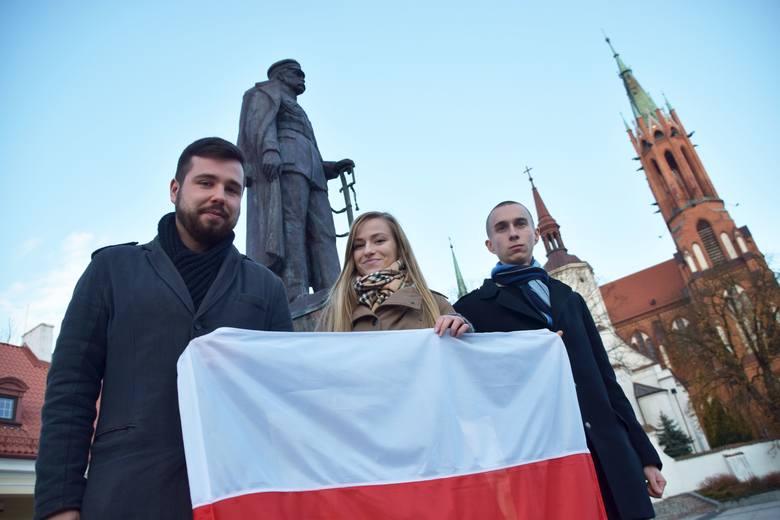 Adrianna Sitko, Daniel Jaszczuk i  Michał  Mucha (z lewej)  - Święto Niepodległości uczczą w narodowych barwach