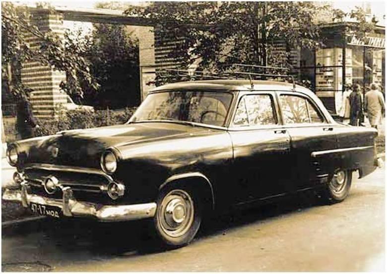 Ford Mainline rocznik 1952-53 - natchnienie stylistów z fabryki GAZ. Auto sfotografowano w latach 50. na moskiewskiej ulicy<br />