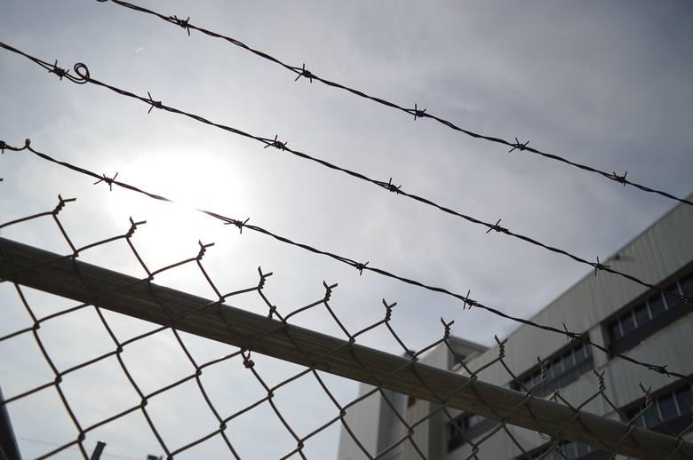 Został w 1980 roku skazany na 75 lat więzienia za gwałt i obrabowanie 26-letniej mieszkanki Dallas. Zarzekał się, że to nie on, że nie zna ofiary. W