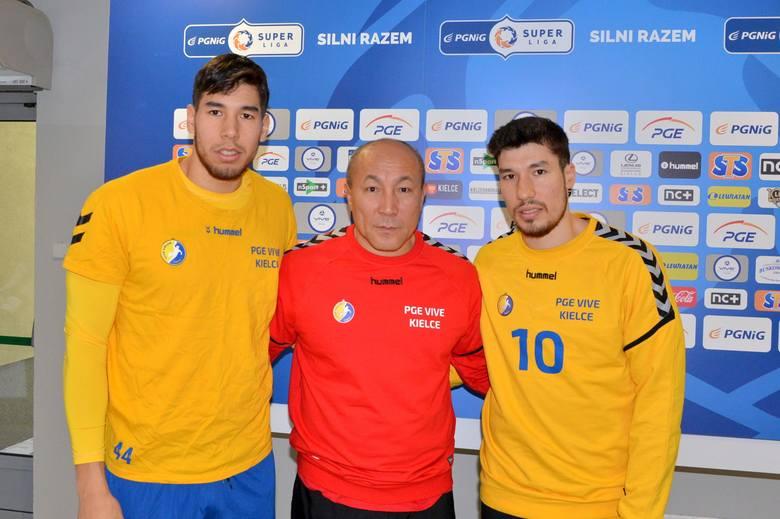 Trener Talant Dujszebajew z PGE VIVE Kielce z synami i jednocześnie podopiecznymi w kieleckim klubie - Alexem (z prawej) i Danielem.