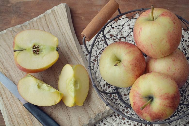Chociaż dieta dr Dąbrowskiej dopuszcza jedzenie jabłek, zwykle jest to sztuka owocu na deser albo jego dodatek do innych potraw.