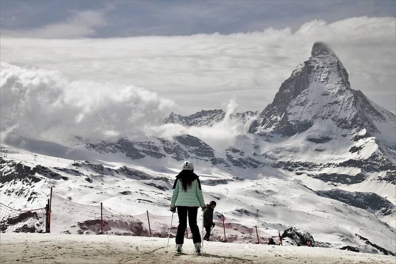 SzwajcariaSzwajcaria to obecnie jedyny kraj alpejski, w którym możliwe jest szusowanie. Co prawda liczba przypadków infekcji koronawirusem jest obecnie