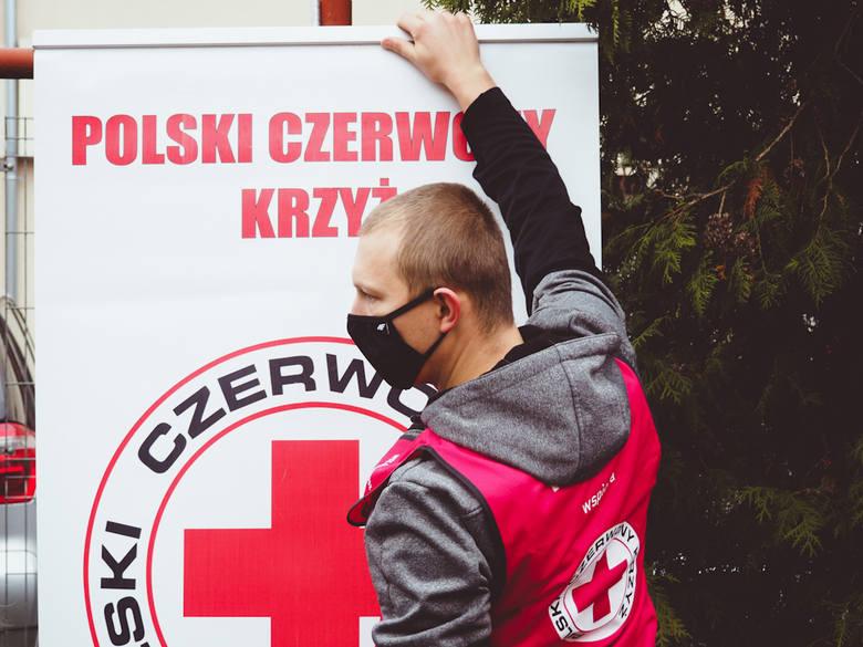 Przygotowania do nietypowej gwiazdki z PCK trwały od listopada. Wreszcie odbyła się ona na dziedzińcu organizacji