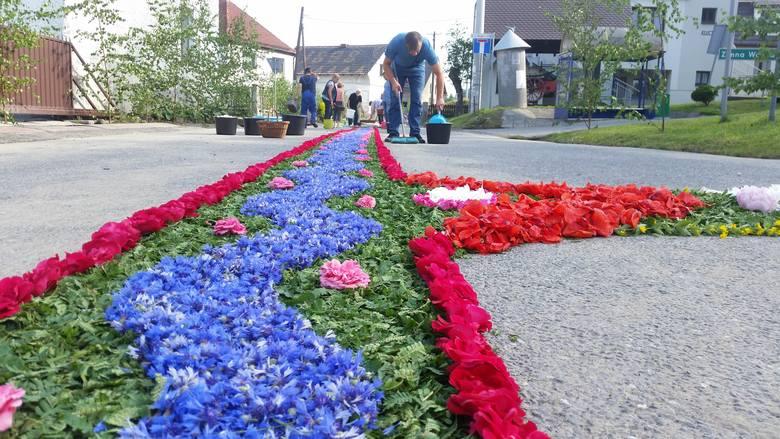 Kwiatowe dywany w Kluczu.