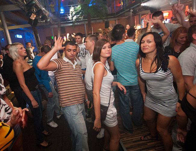 Pamiętacie dyskotekę Troll w Mielnie? Wspominamy imprezy w tym klubie sprzed 10 lat. Zobaczcie, jak bawili się turyści!