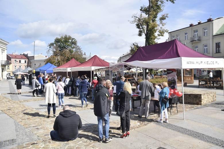 W czwartek 10 września odbyły się na rynku w Kielcach kolejne Targi Pracy.  W wydarzeniu wzięło udział kilkaset osób. Wystawcy mieli przygotowane liczne