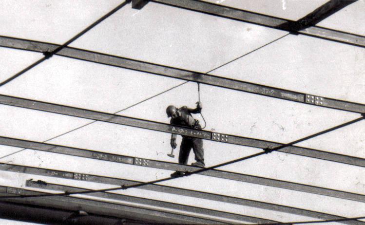 Dach zaprojektował profesor Jan Filipkowski. Do Koszalina trafił pod koniec lat 60, aby współtworzyć kadrę naukową tworzonej właśnie Wyższej Szkoły Inżynierskiej