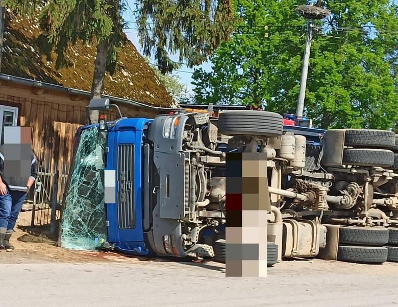 Wypadek w Wykrocie. Ciężarówka przewróciła się na skrzyżowaniu