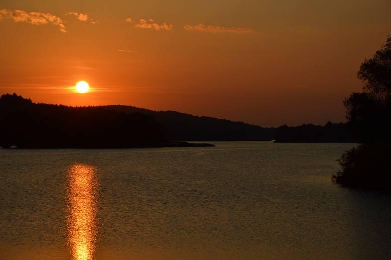 """Pomorskie atrakcje na weekend. Pociągiem nad urokliwe jeziora Szwajcarii Kaszubskiej. Kolejny odcinek cyklu """"Weekend z PKM"""""""