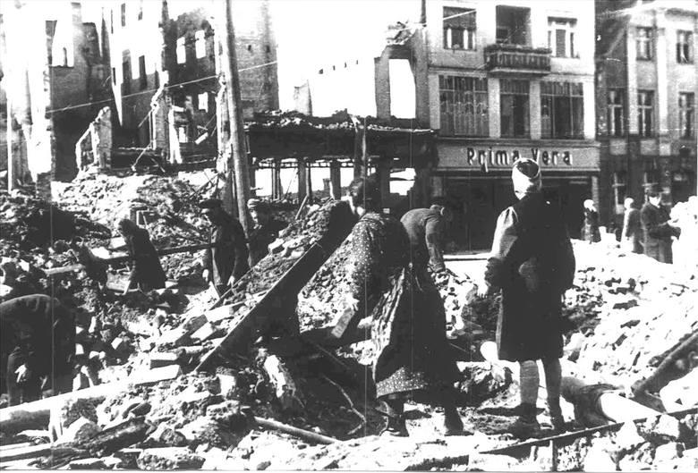 Kiedyś Plac Armii Czerwonej, teraz Stary Rynek. Na zdjęciu jeden z ocalałych budynków, w którym mieścił się dom kultury, a następnie przez lata bank