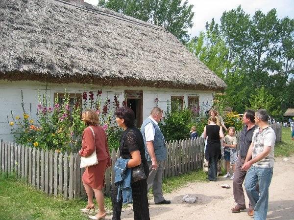 Skansen w Kłóbce znacznie łatwiej i przyjemniej  zwiedza się z przewodnikiem w ręku.