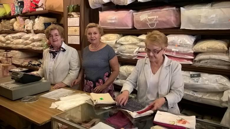 Gdańska 32, sklep Śnieżka. Z końcem sierpnia przestaje istnieć. Od lewej: Lidia Łabędź, Halina Olędzka i Wanda Rogulska