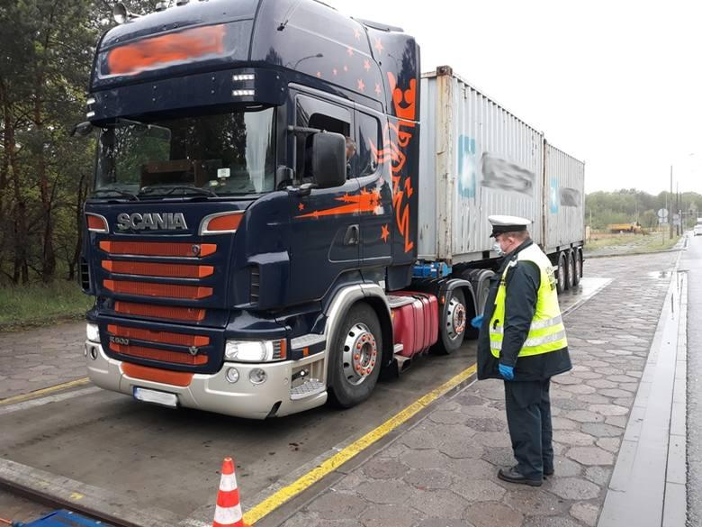 Dwie minuty - według tachografu - zajęła kierowcy ciężarówki z dwoma kontenerami jazda znad morza w okolice Torunia. Tu został zatrzymany i trochę to