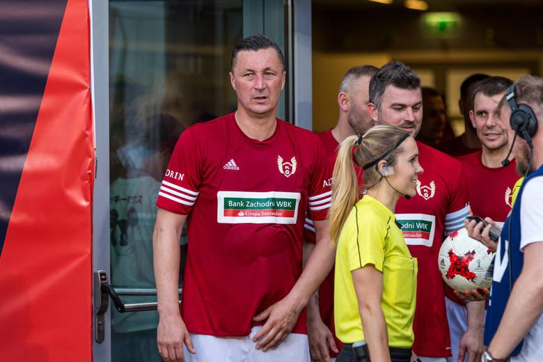 Przykład, że źródłem pseudonimu mogą być upodobania modowe sportowca. Były obrońca reprezentacji Polski lubi nosić Verace. Jak głosi legenda -   pierwsze