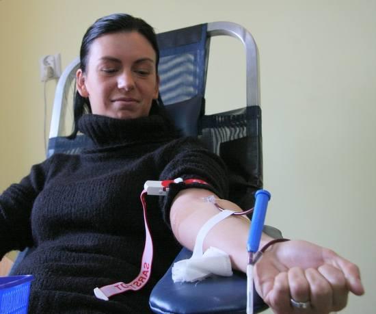 - Mam córeczkę w wieku Madzi, chcę jej jakoś pomóc - przyznała Agnieszka Daniłkiewicz siedząc na fotelu z wenflonem wbitym w żyłę.