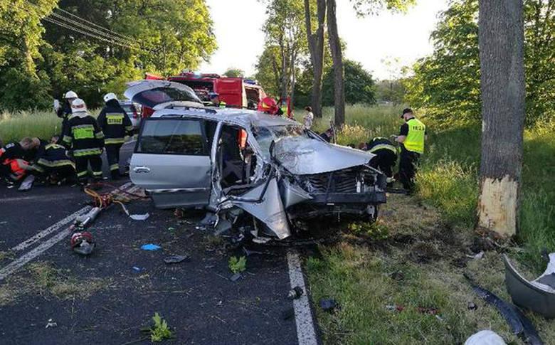 wypadek, Mościczki, auto uderzyło w drzewo