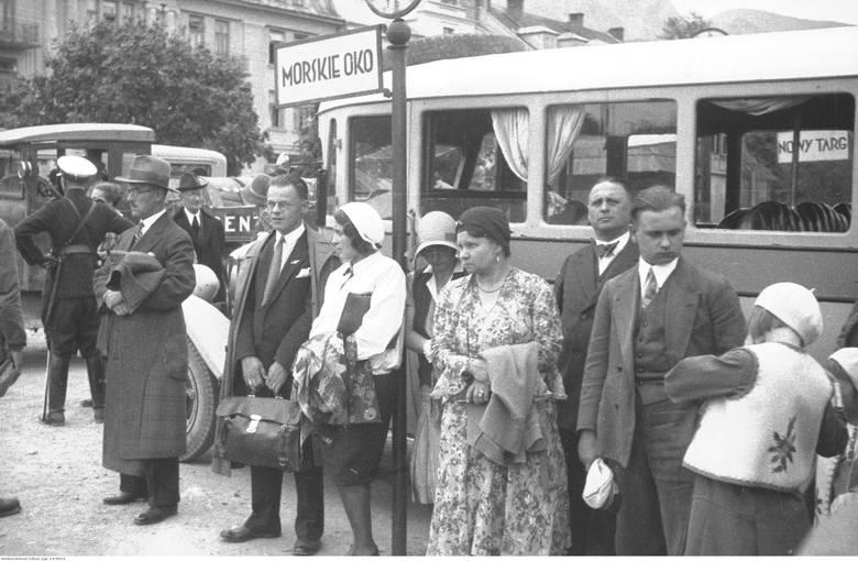 Przed wojną - podobnie jak i teraz - by dostać się do Morskiego Oka, trzeba było złapać bus jadący w tamtym kierunku . Na zdjęciu zakopiański dworzec,