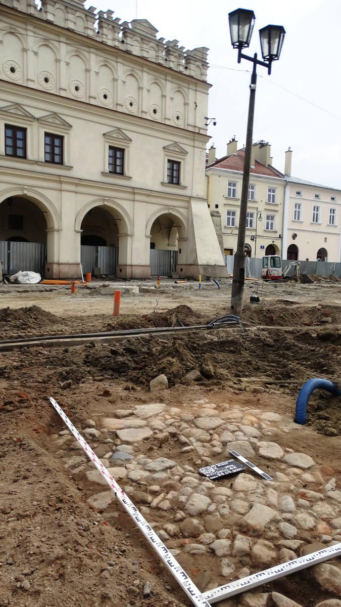 Dawna drewniana płyta Rynku, kamienna droga z XVII wieku i ślady dawnych podcieni. To odkryto ostatnio na Rynku w Jarosławiu
