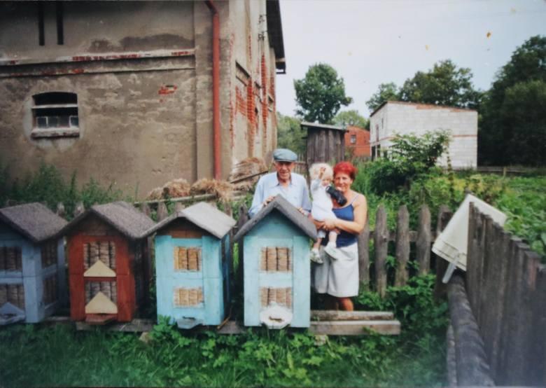 Józef wszystko tutaj zrobił - chwali męża pani Stanisława. - Naprawił dach, wybudował stodołę, chlew, założył nawet pasiekę<br />