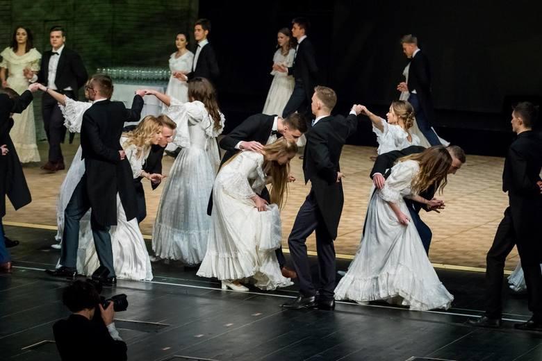 Swoją studniówkę mieli wczoraj uczniowie I LO w Bydgoszczy. Bal odbył się w Operze Nova. Zobaczcie zdjęcia!Chcesz być na bieżącą z sezonem studniówkowym?