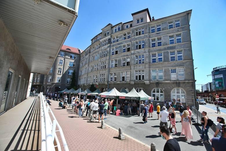 Kolejka przed urzędem przy ulicy Zapolskiej we Wrocławiu.